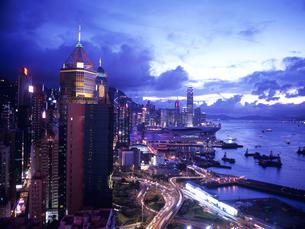 香港島のビル街の夕景の写真素材 [FYI01657135]