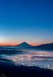高ボッチ高原から富士山と雲海と朝焼けの写真素材 [FYI01657182]