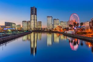 横浜みなとみらいライトアップの写真素材 [FYI01657208]