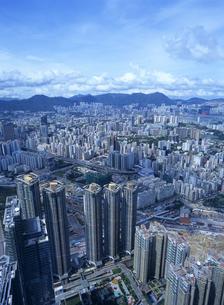 スカイ100の100階から見た九龍半島のビル街の写真素材 [FYI01657298]