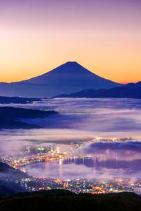 高ボッチ高原から富士山と雲海と朝焼けの写真素材 [FYI01657402]