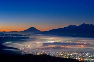 高ボッチ高原から富士山と雲海と朝焼けの写真素材 [FYI01657502]
