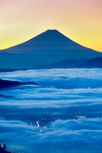 高ボッチ高原から富士山と雲海と朝焼けの写真素材 [FYI01657503]