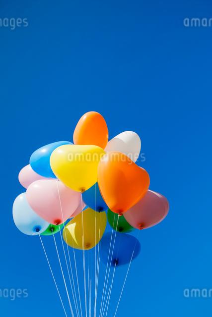 風船と青空の写真素材 [FYI01657568]