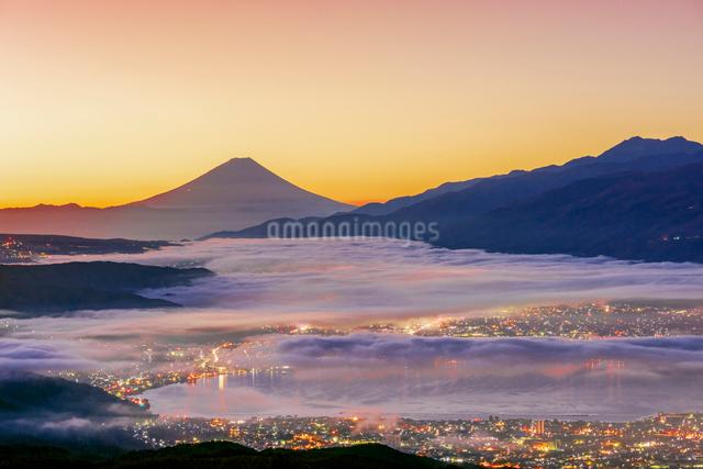 高ボッチ高原から富士山と雲海と朝焼けの写真素材 [FYI01657707]
