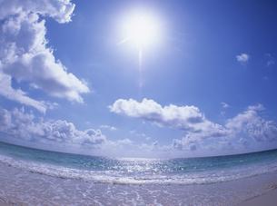 波打ち際と雲と太陽の写真素材 [FYI01657757]