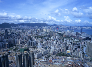 スカイ100の100階から見た九龍半島のビル街の写真素材 [FYI01657830]