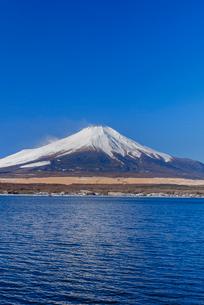 富士山 山中湖畔冬の朝の写真素材 [FYI01657878]