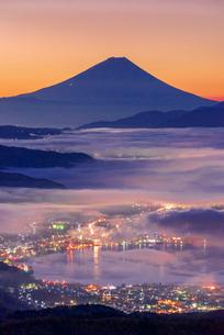 高ボッチ高原から富士山と雲海と朝焼けの写真素材 [FYI01658075]