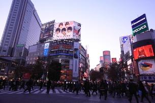 渋谷駅前の夕景の写真素材 [FYI01658140]
