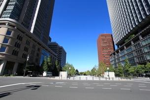 東京駅丸の内中央口前から皇居を見るの写真素材 [FYI01658566]