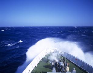 大型客船の船首と荒天の海の写真素材 [FYI01658895]