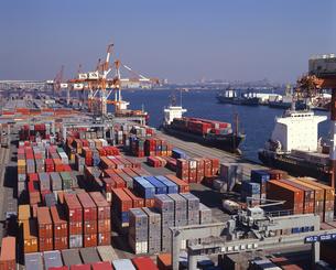 コンテナターミナルと貨物船の写真素材 [FYI01659394]