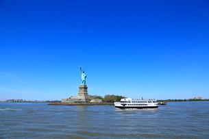 自由の女神と観光船の写真素材 [FYI01659419]