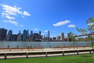 ブルックリンより望むブルックリン橋とマンハッタンの写真素材 [FYI01659424]