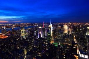 エンパイアステートビルより望むニューヨーク市街の夕景の写真素材 [FYI01659461]