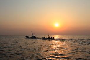 早朝の定置網漁の写真素材 [FYI01659567]