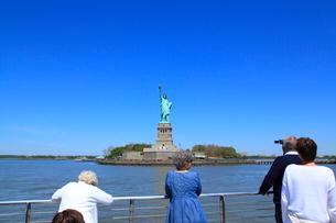 観光船から自由の女神を見る人々の写真素材 [FYI01659580]