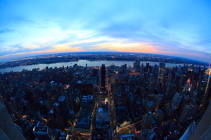 エンパイアステートビルより望むニューヨーク市街の夕景の写真素材 [FYI01659598]