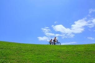 自転車に乗るカップルの写真素材 [FYI01659660]