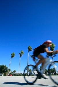 ロードレーサーで走る人の写真素材 [FYI01659866]