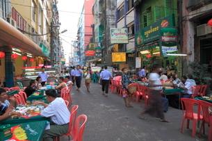 串焼きストリート ヤンゴンの写真素材 [FYI01660203]