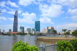 サイゴン川沿いのホーチミンのビル街の写真素材 [FYI01660433]