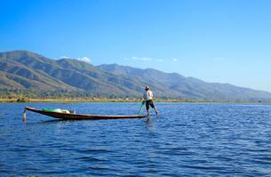 漁をする漁師 インレー湖の写真素材 [FYI01660465]