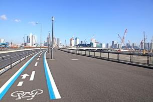 豊洲新市場建設現場と自転車道路の写真素材 [FYI01660638]