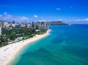 ワイキキビーチとダイアモンドヘッド ハワイの写真素材 [FYI01660726]