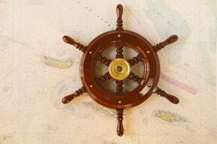 地図とコンパス舵輪の写真素材 [FYI01660949]