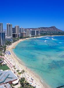 ワイキキビーチとダイアモンドヘッド ハワイの写真素材 [FYI01661077]