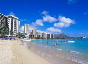 ワイキキビーチとダイアモンドヘッド ハワイの写真素材 [FYI01661358]