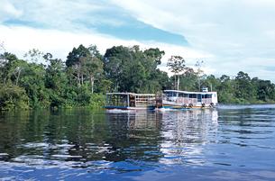 アマゾン川を上る船の写真素材 [FYI01661428]