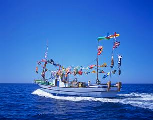 大漁旗をあげた漁船の写真素材 [FYI01661554]