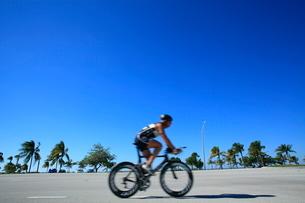 ロードレーサーで走る人の写真素材 [FYI01661696]