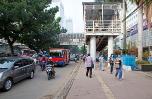 インドネシア ジャカルタ 朝の通勤の写真素材 [FYI01661845]