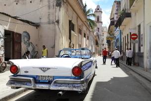 クラシックカー ハバナ旧市街の写真素材 [FYI01661854]
