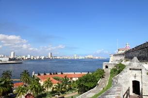 モロ要塞から見たハバナ市内の写真素材 [FYI01661875]