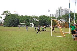 サッカーをする少年たちの写真素材 [FYI01661892]