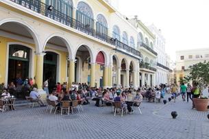 アルマス広場のレストラン ハバナ旧市街の写真素材 [FYI01661903]
