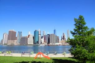 ブルックリンより望むマンハッタンダウンタウンの写真素材 [FYI01661909]