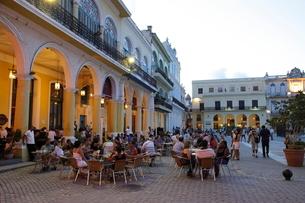 アルマス広場のレストラン ハバナ旧市街の写真素材 [FYI01661913]