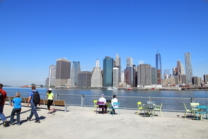 ブルックリンより望むマンハッタンダウンタウンの写真素材 [FYI01661914]
