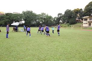 サッカーをする少年たちの写真素材 [FYI01661936]