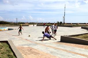 サッカーをする若者たちの写真素材 [FYI01661941]