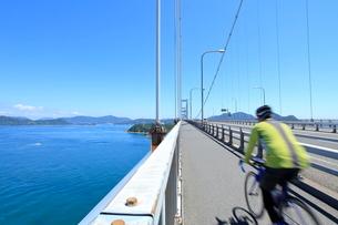 しまなみ海道を走る自転車の写真素材 [FYI01662305]