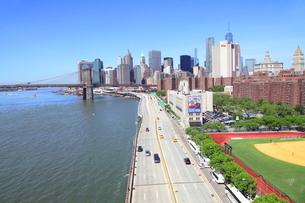 ブルックリンブリッジより望むマンハッタンの写真素材 [FYI01662424]