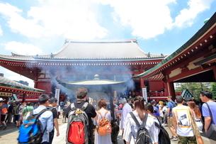 浅草寺本堂でお祈りする外国人観光客の写真素材 [FYI01662473]