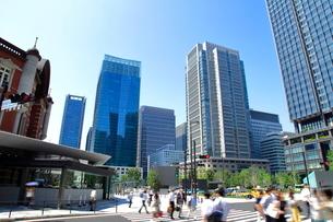朝の東京駅前通勤風景の写真素材 [FYI01662554]